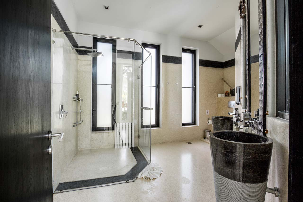 Sands Onyx Room Shower
